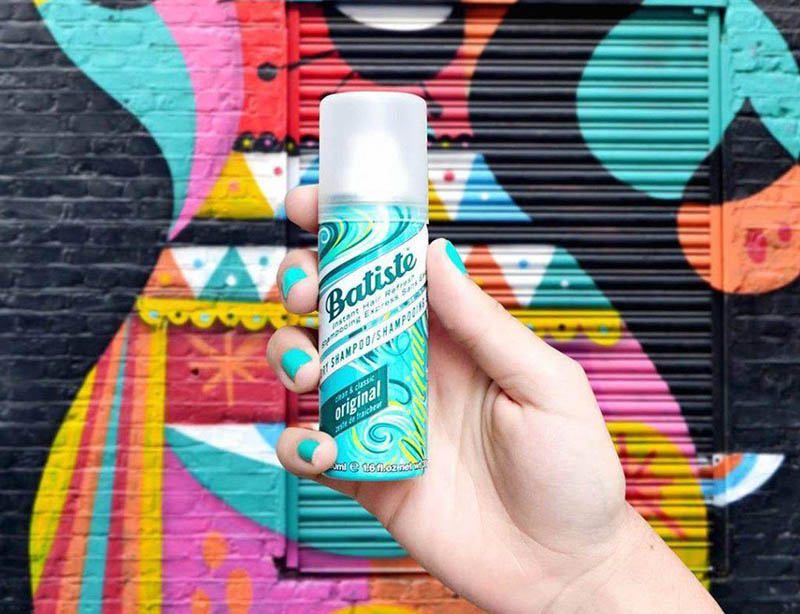 """Batiste không chứa Sodium Laureth Sulfate ( chất tẩy rửa có khả năng tạo bọt) hay chất tạo màu nên bạn không phải lo lắng rằng nó sẽ làm hỏng lớp keratin trong tóc bạn. Chính Batiste cũng đã đưa ra cam kết rằng sản phẩm của họ an toàn để sử dụng: """" Tất cả sản phẩm của chúng tôi tuân thủ quy định của Châu Âu. Chúng tôi trải qua quy trình kiểm tra nghiêm ngặt trước khi tung ra bất kì sản phẩm nào vào thị trường. Điều này bao gồm gửi sản phẩm của chúng tôi đến các phòng thí nghiệm độc lập, thực hiện các đánh giá an toàn chuyên sâu và đánh giá lâm sàn. Tất cả sản phẩm của chúng tôi được chứng nhận là an toàn."""" ( Nguồn:batistehair.co.uk)"""