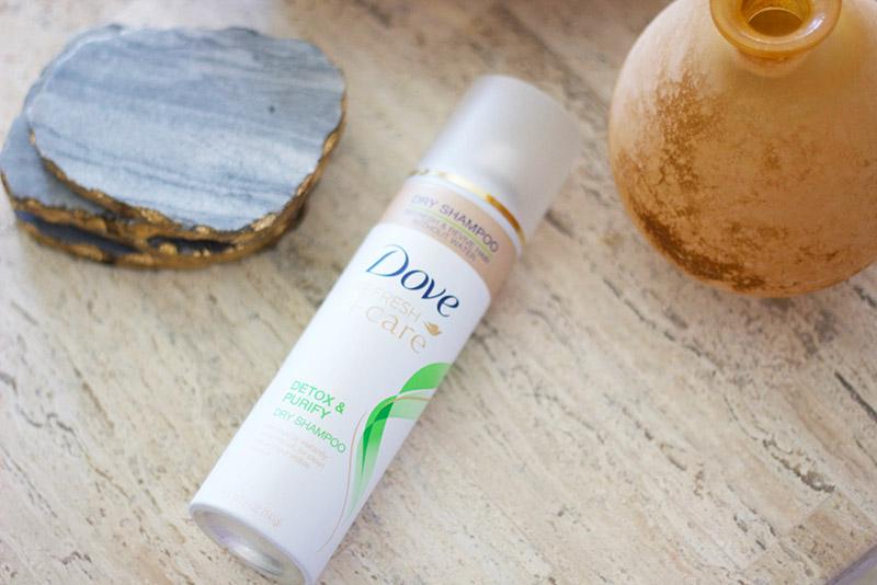 Dầu gội khô Dove Refresh Care Dry shampoo có thiết kế chai hình trụ đứng cứng cáp như đa số các dòng dầu gội khô khác trên thị trường. Nhưng vẻ bề ngoài của nó đặc biệt thuần khiết luôn. Mặc dù đã quá thân thuộc với thiết kế của Dove nhưng chưa bao giờ thấy màu trắng tinh khôi và biểu tưởng chim bồ câu ấy nhàm chán cả.