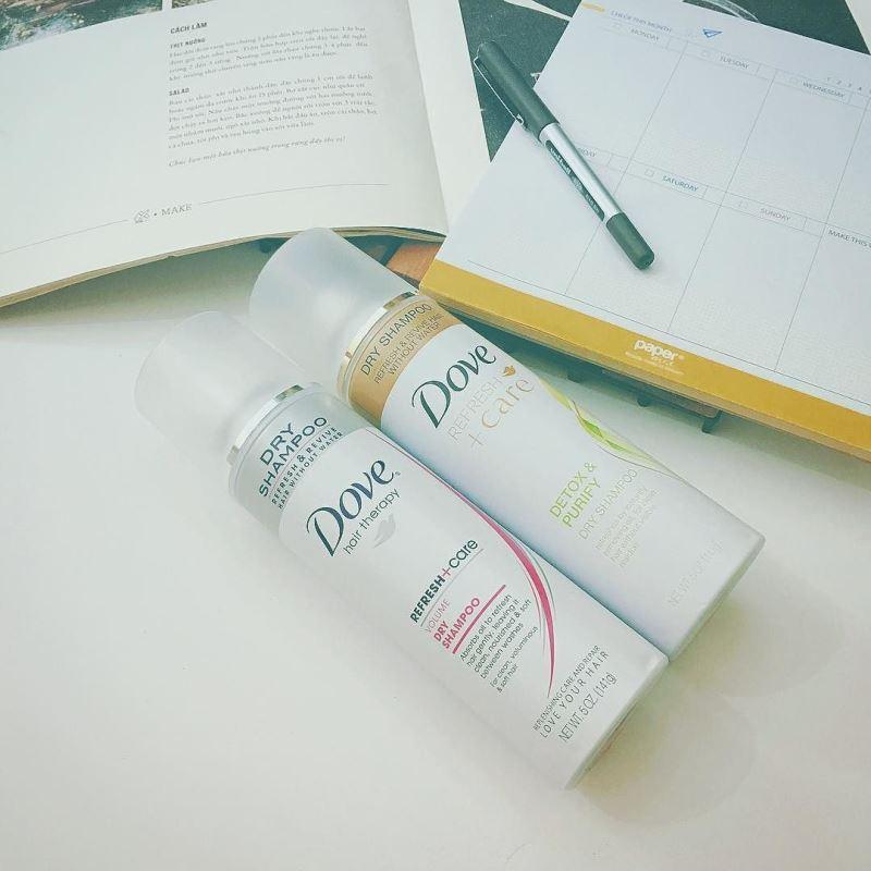 """Đây là những thành phần làm nên dầu gội khô Dove Refresh Care Dry shampoo mà bạn cần biết: SD Alcohol 40-B (Alcohol Denat.), Aluminum Starch Octenylsuccinate, Silica: Rượu và tinh bột là 2 thành phần then chốt của dầu gội khô, sẽ hấp thụ lượng dầu thừa và quét sạch bụi bẩn cũng như cặn mồ hôi cho mái tóc của bạn. Isobutane, Propane, Butane: Chất đẩy, sẽ phân tán rượu và tinh bột ở trên đi khắp bề mặt tóc của bạn để hỗ trợ việc làm sạch một cách tối ưu nhất Fragrance (Parfum): hương liệu, cũng quan trọng mà. Không chỉ là khử được mùi mồ hôi trên mái tóc mà còn mang lại hương thơm như bạn vừa mới bước ra từ phòng tắm nhé. Mặc dù là """"phụ gia"""" nhưng lại cần thiết đấy. Silk Amino Acids: Đây là một loại amino axit lấy từ kén tằm có chứa các hợp chất protein, Sericin- S và Sericin- L.,…Nói chung là rất tốt cho sức khỏe mái tóc của bạn"""